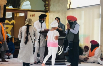 On occasion of 551 birth anniversary of Guru Nanak Dev Ji , High Commissioner visited  Gurudwara in Johannesburg and  distributed motivational prizes to children who recited Shabad Keertan during the 3-day ceremony.